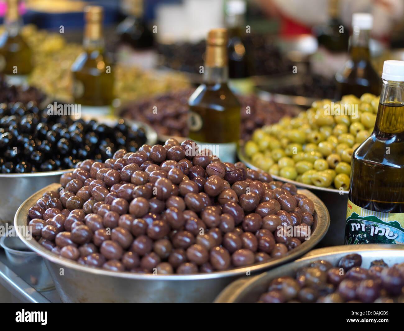 Israel Tel Aviv mercado Carmel, aceitunas en la pantalla para la venta Imagen De Stock