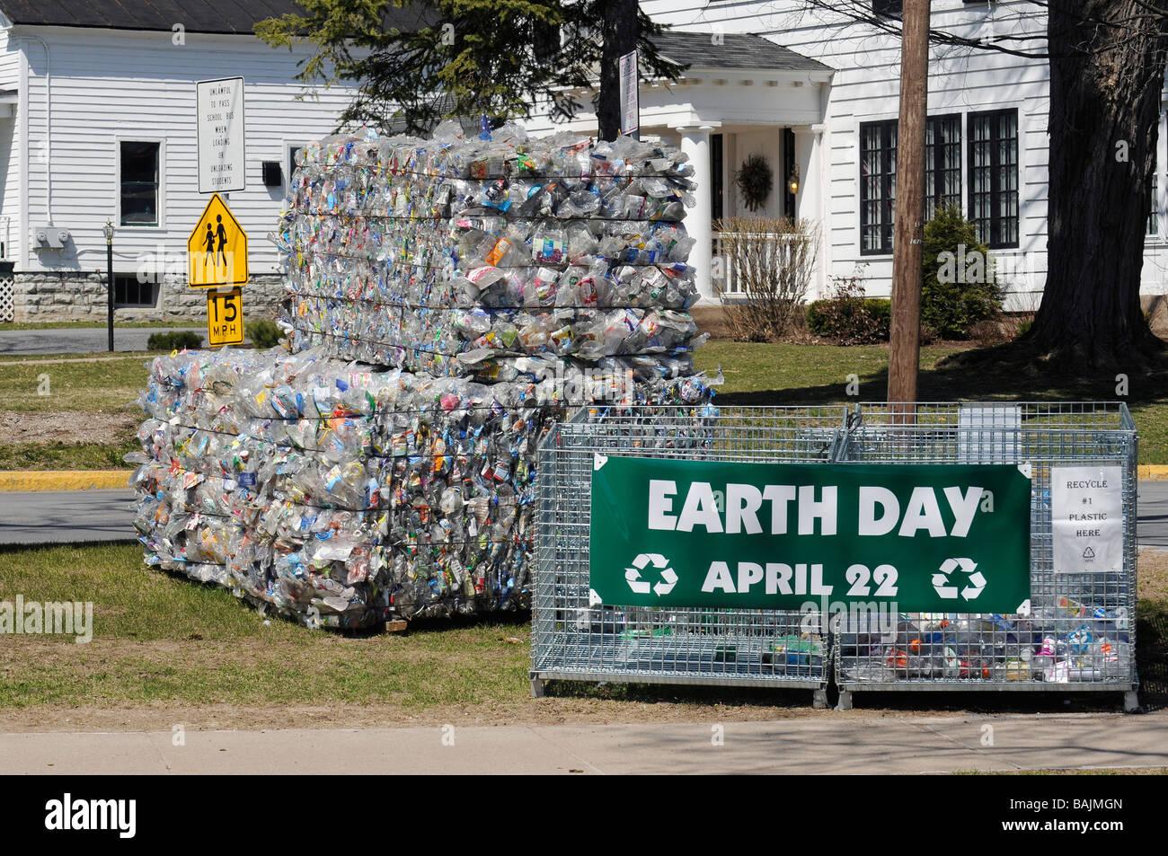 El día de la tierra muestra de material listo para ser reciclado en Nueva York Lowville Imagen De Stock