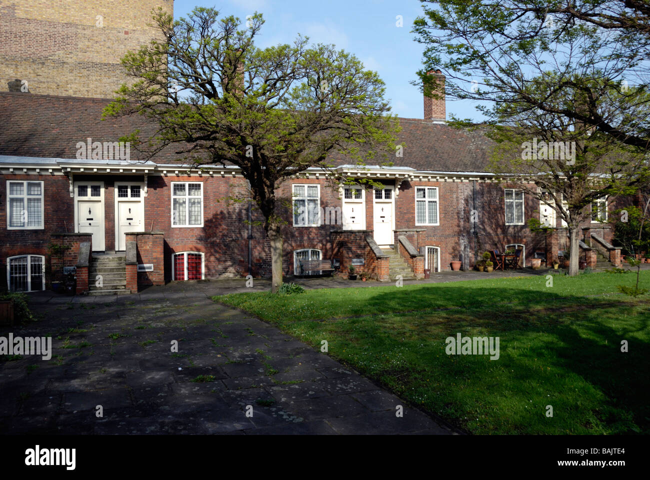 Listado como grado 1 en 27 Almshouses Trinity Green Mile End Road de Londres Whitechapel Foto de stock