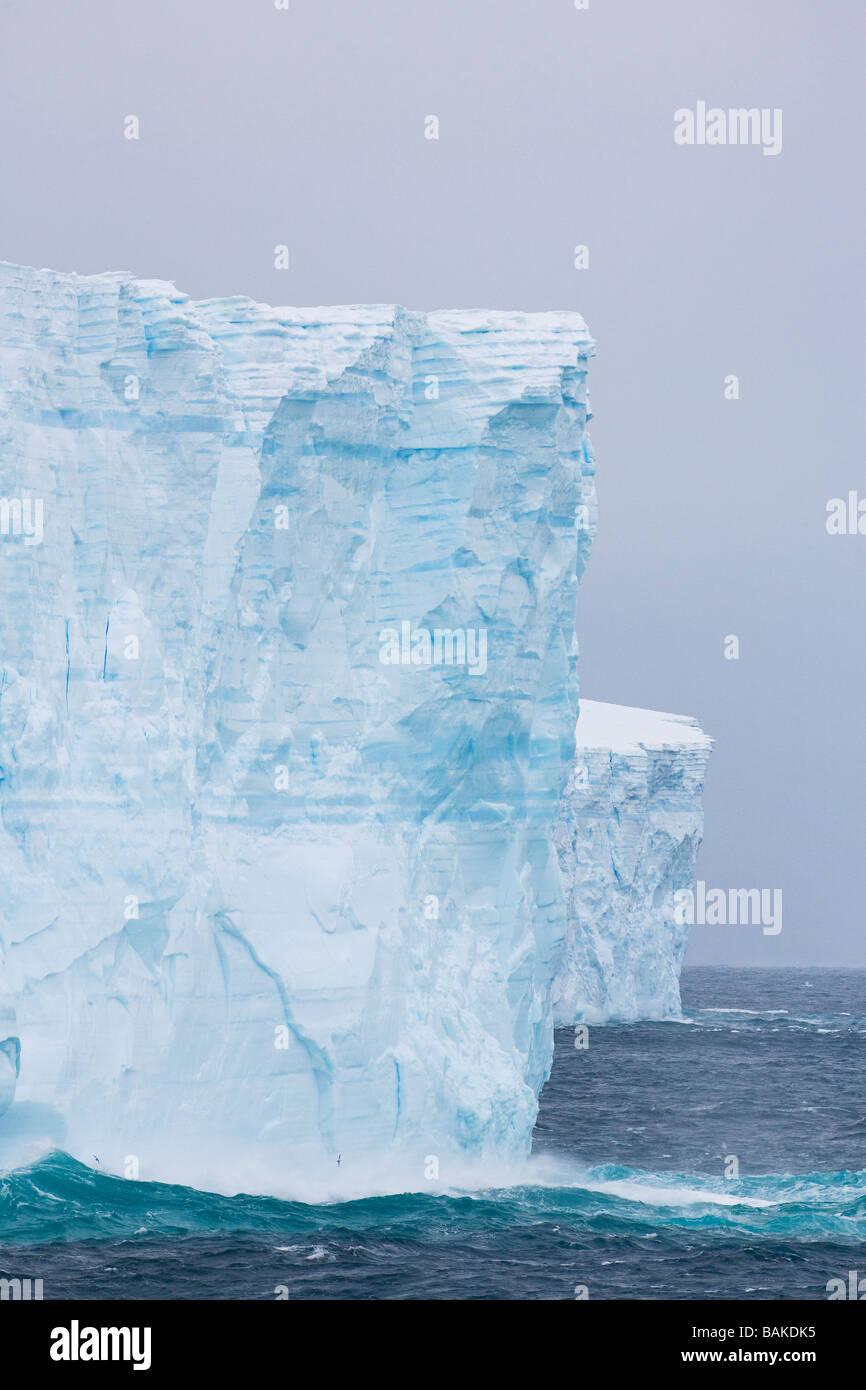 El mar embravecido rompiendo sobre témpanos tabulares azul Océano Austral La Antártida Foto de stock