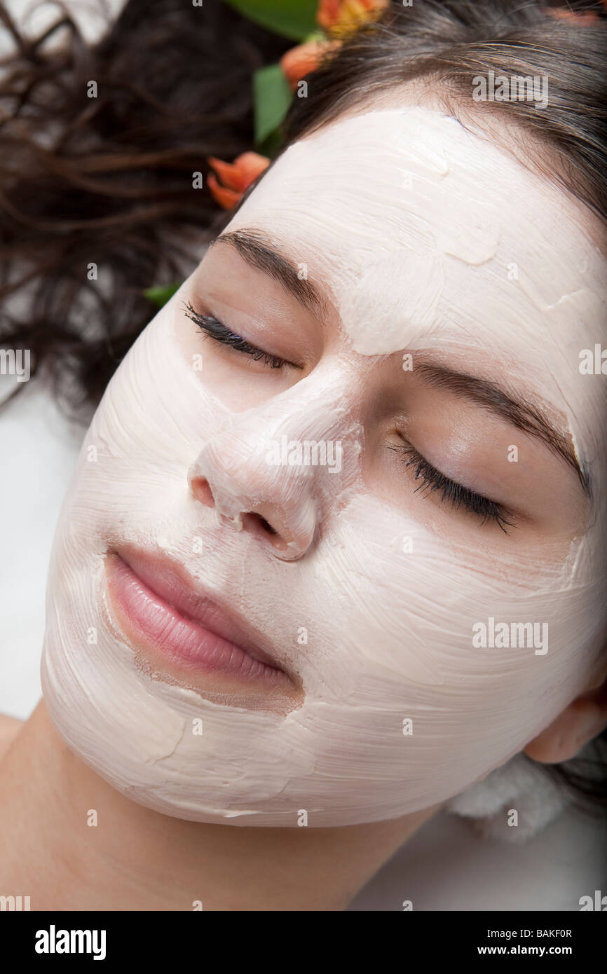 Mujer joven recibiendo un tratamiento facial en el spa Foto de stock