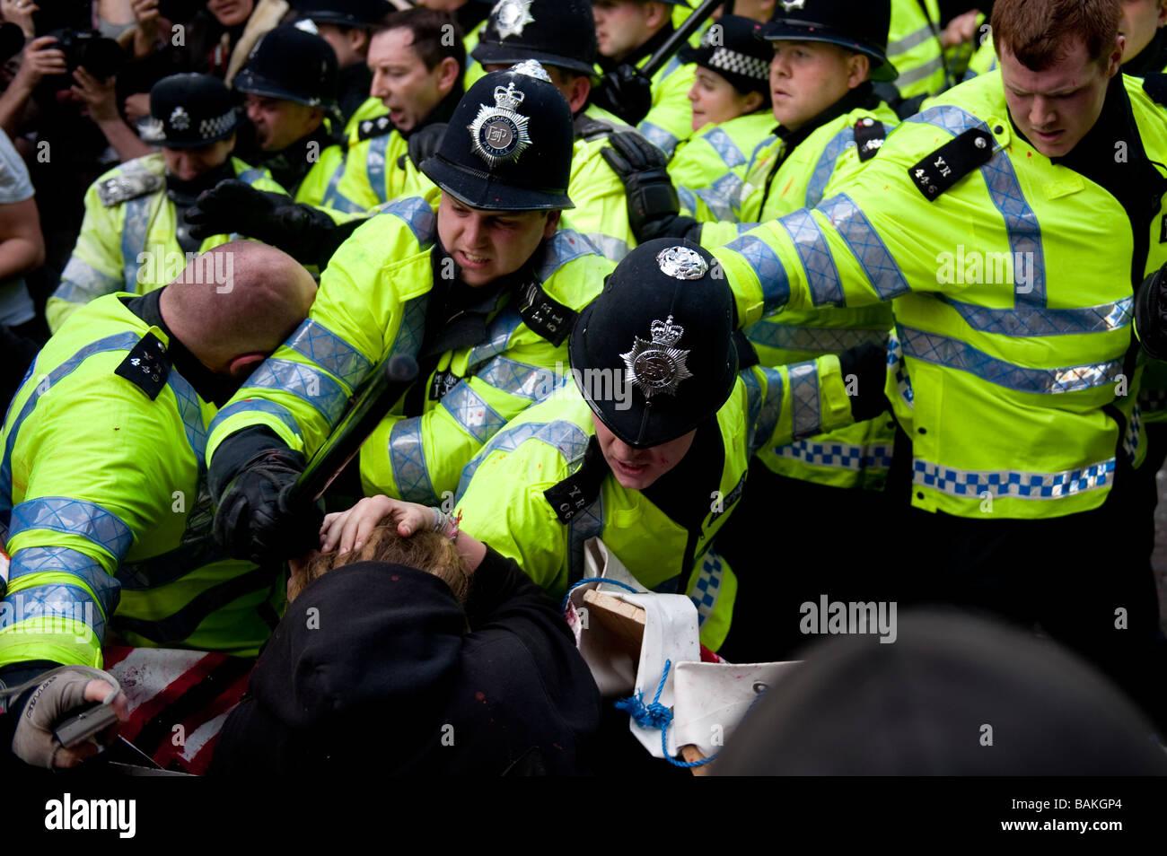 Anti-Capitalist manifestantes reunidos en el Banco de Inglaterra en vísperas de la Cumbre del G20, que se tornó Imagen De Stock