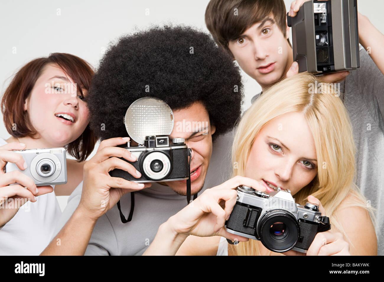 Amigos tomando fotografías Imagen De Stock