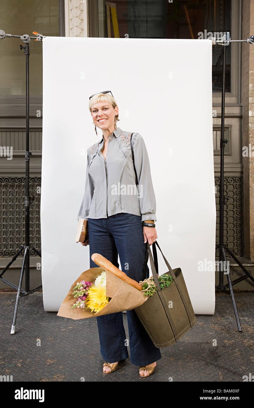Mujer en frente del telón de fondo Imagen De Stock