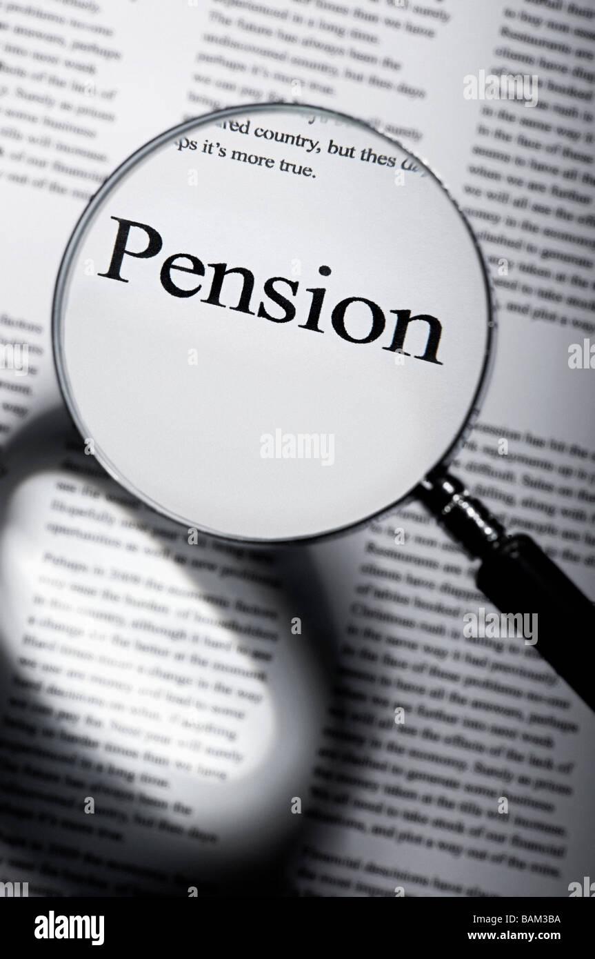 Palabra pensión bajo lupa Imagen De Stock