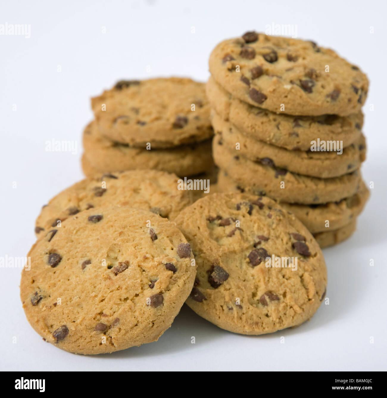 Apilar las galletas con trocitos de chocolate Foto de stock