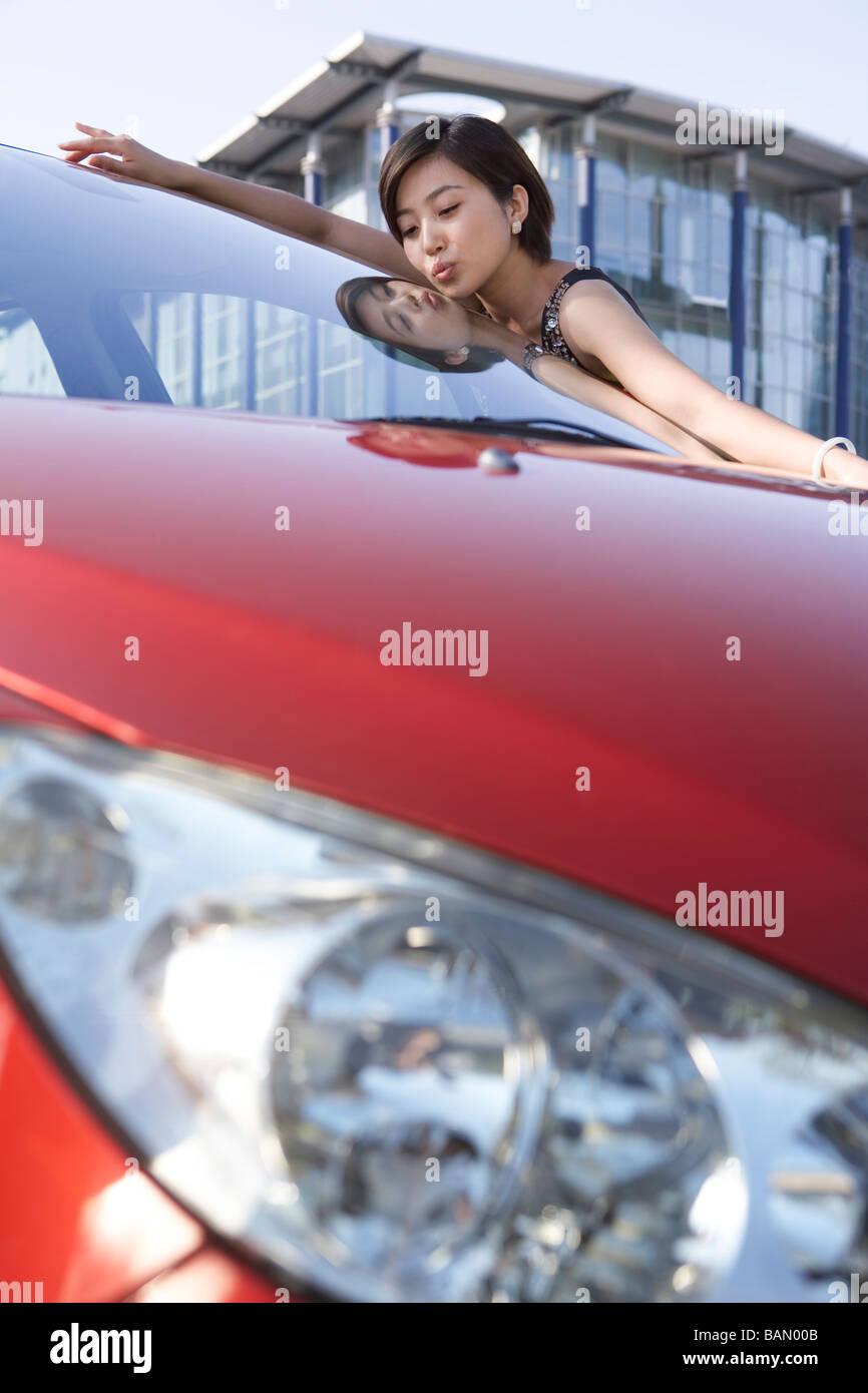 Mujer amando a su nuevo coche Imagen De Stock