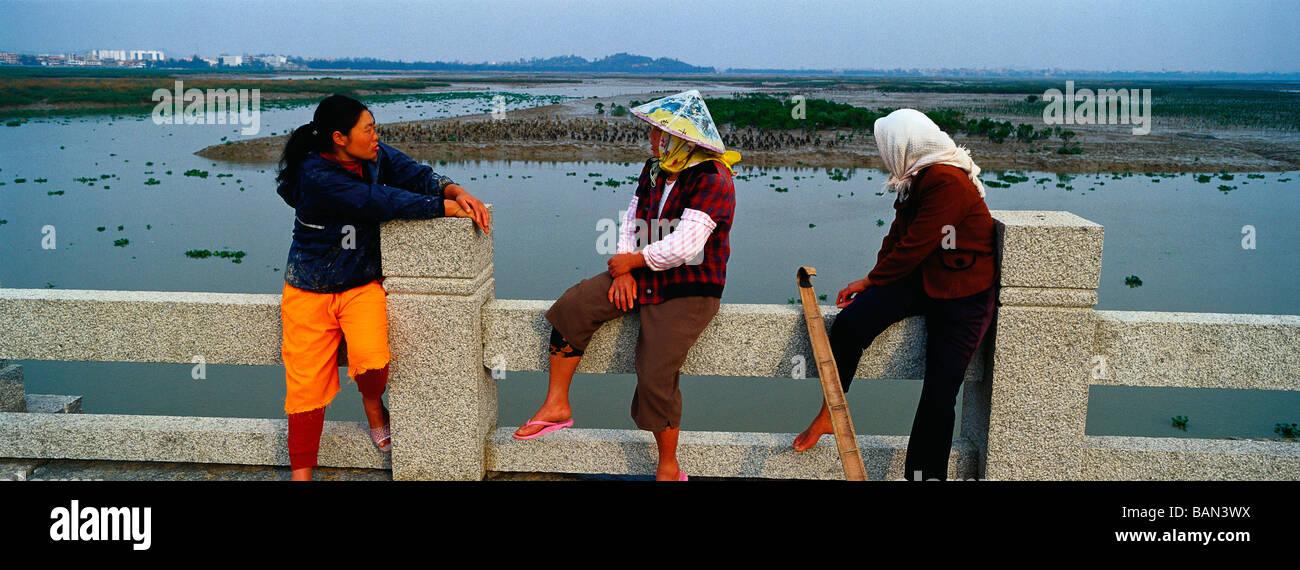 Las mujeres locales de pesca descansan sobre el antiguo puente de Luoyang en Quanzhou, Fujian, China. 13-Apr-2009 Imagen De Stock