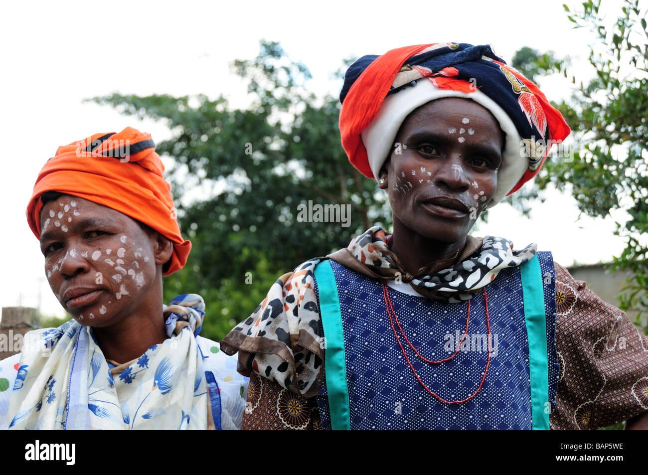 Dos mujeres sudafricanas tribal en traje tradicional y sus caras pintadas en un municipio Swellendam Sudáfrica Imagen De Stock