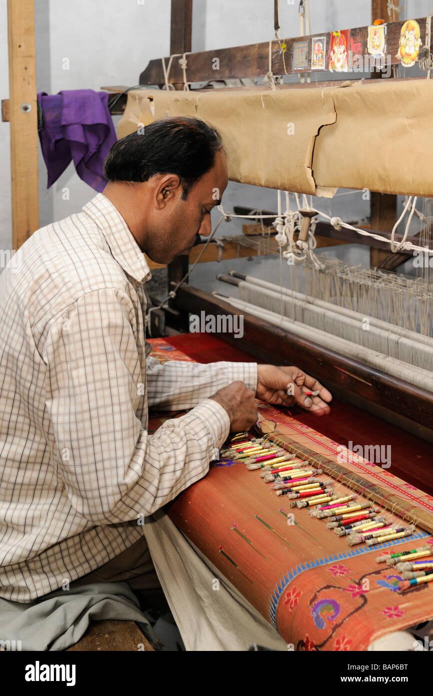 Hombre tejiendo Paithani saree Aurangabad Imagen De Stock