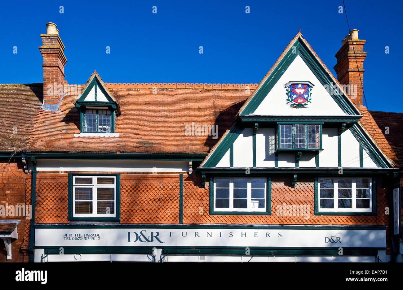 Una mitad de entramado de madera casa con buhardilla y oriel windows y revestimiento de mosaico vertical en Marlborough, Imagen De Stock