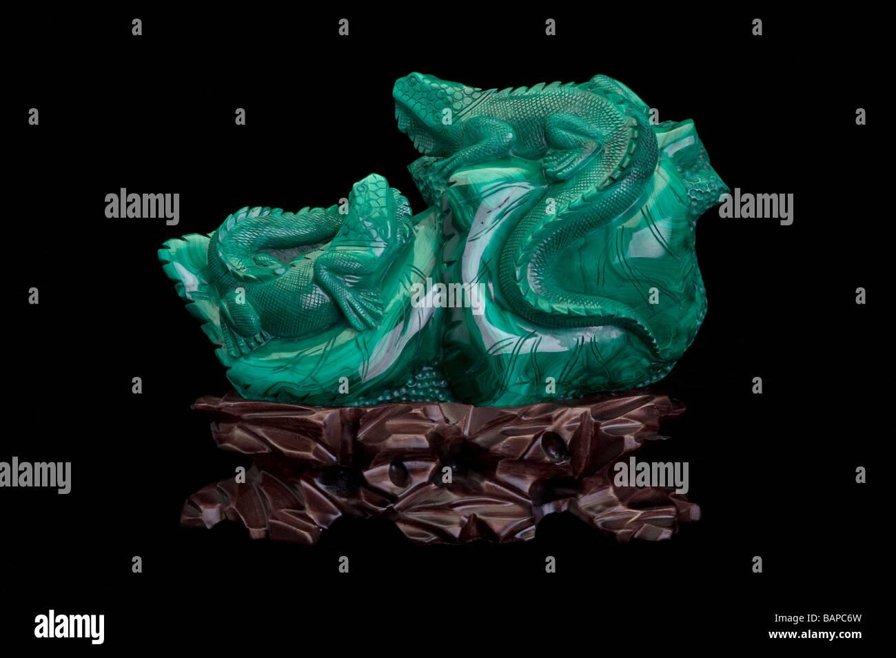 Mineral de Malaquita tallando sobre fondo negro Foto de stock