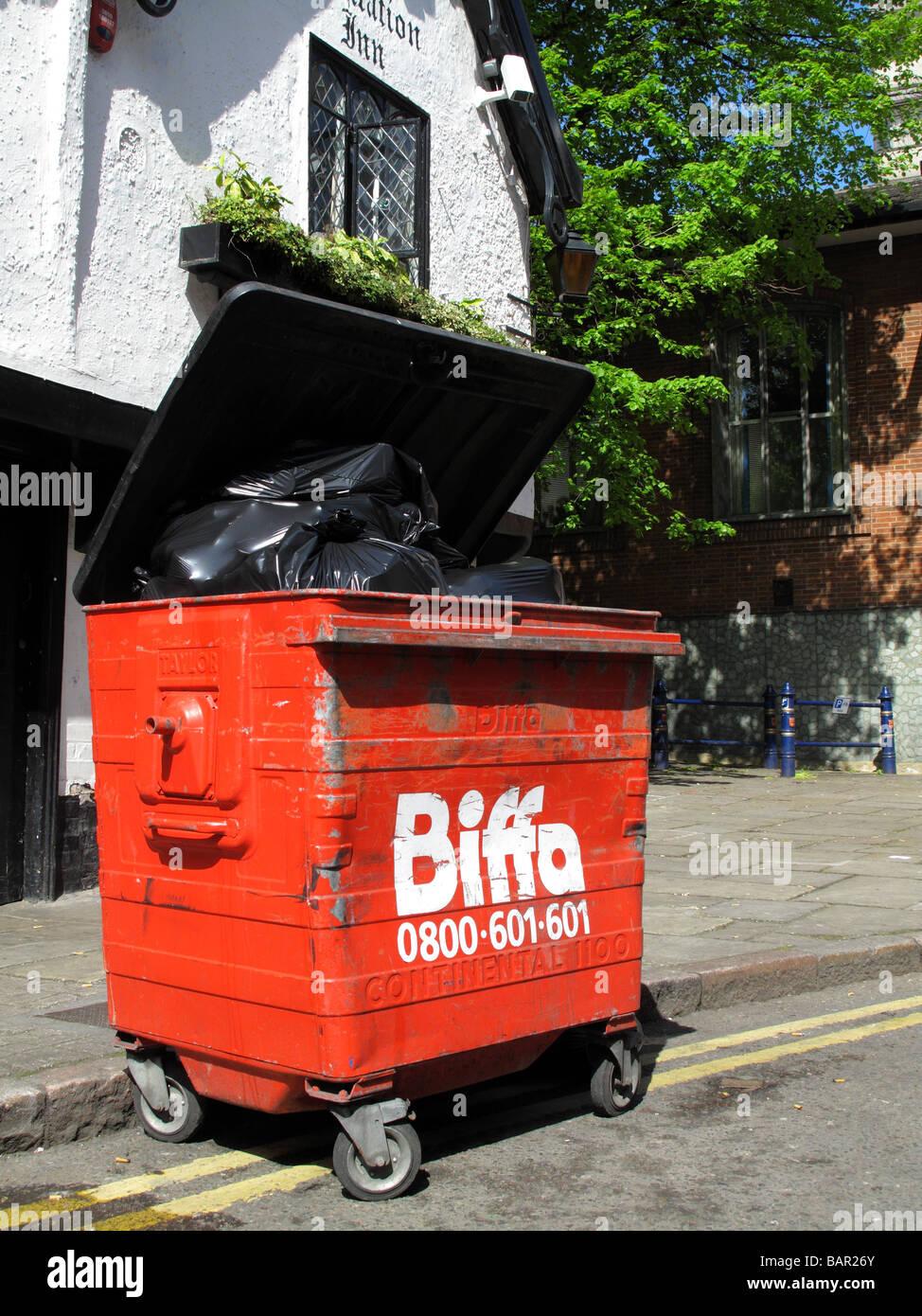 Un desperdicio Biffa saltar en una calle del Reino Unido. Imagen De Stock