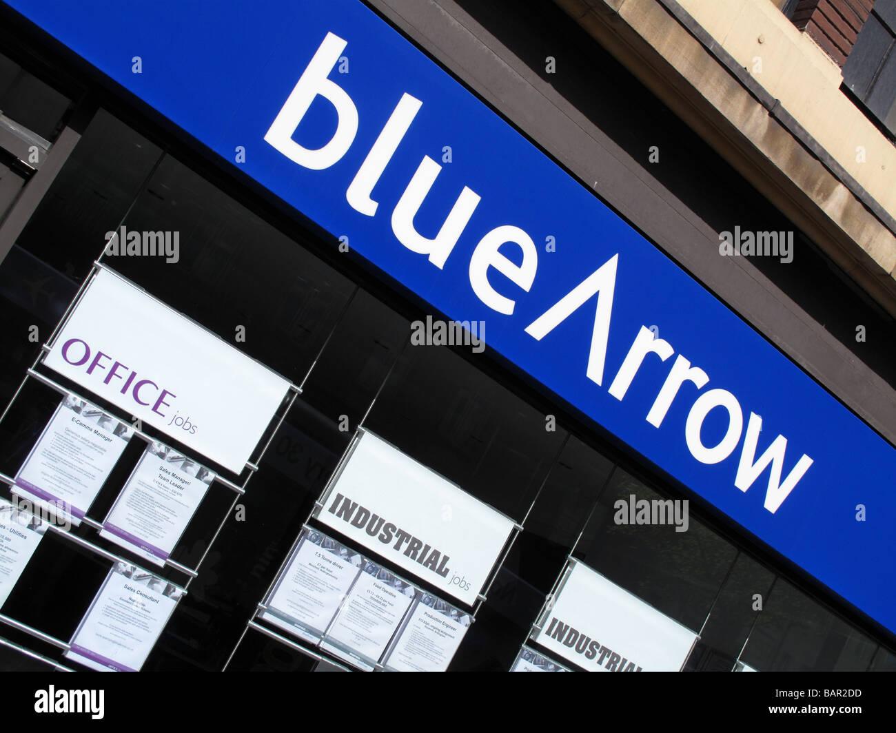 Flecha azul agencia de empleo en una ciudad del Reino Unido. Imagen De Stock