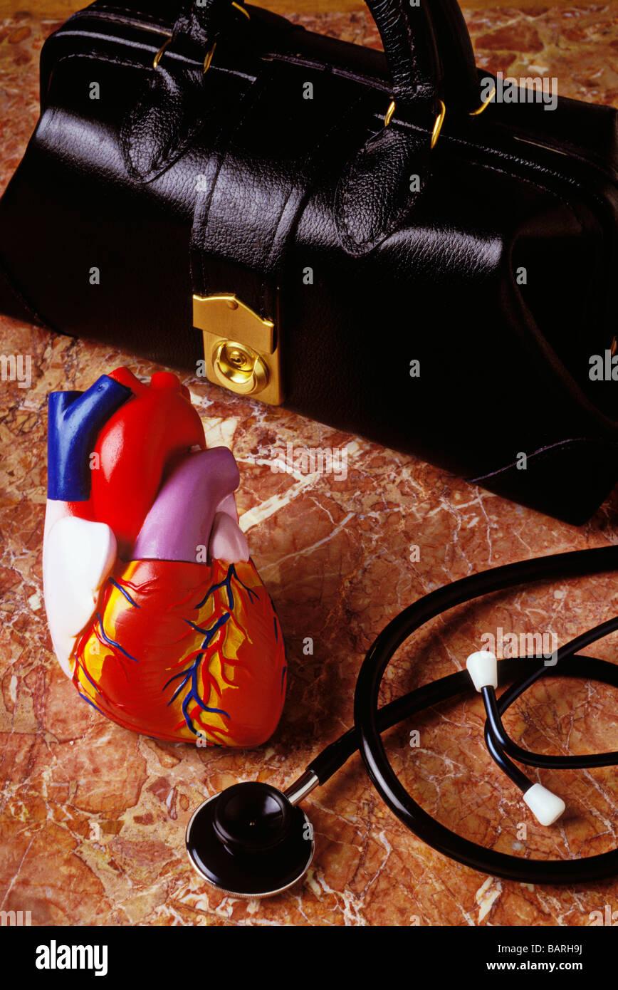 Doctor s bolsa y modelo de atención de la salud con estetoscopio Imagen De Stock
