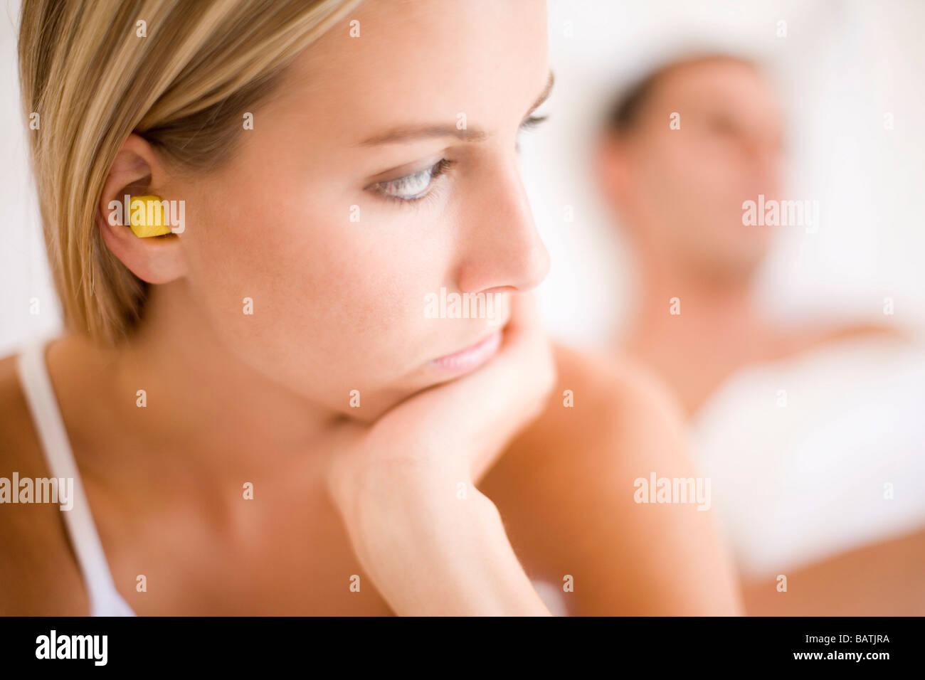 Problemas de relación. Mujer sentada con su espalda a su pareja. Imagen De Stock