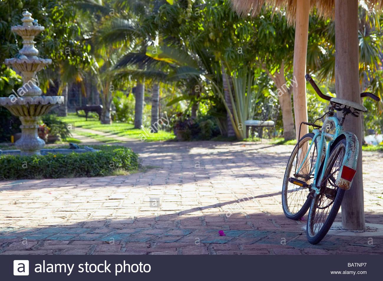 Bicicleta recostada en la pole en el patio, Villa Amor, Sayulita, México Imagen De Stock
