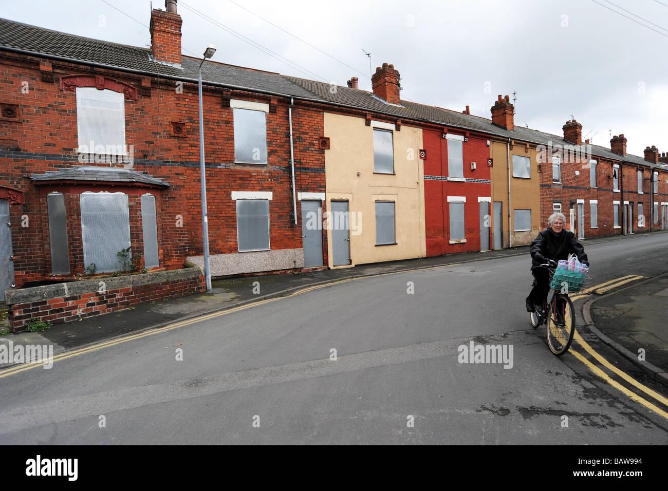 Una anciana últimos ciclos de correr abajo casas listas para demolición, Goole cerca de Hull, Reino Unido Imagen De Stock