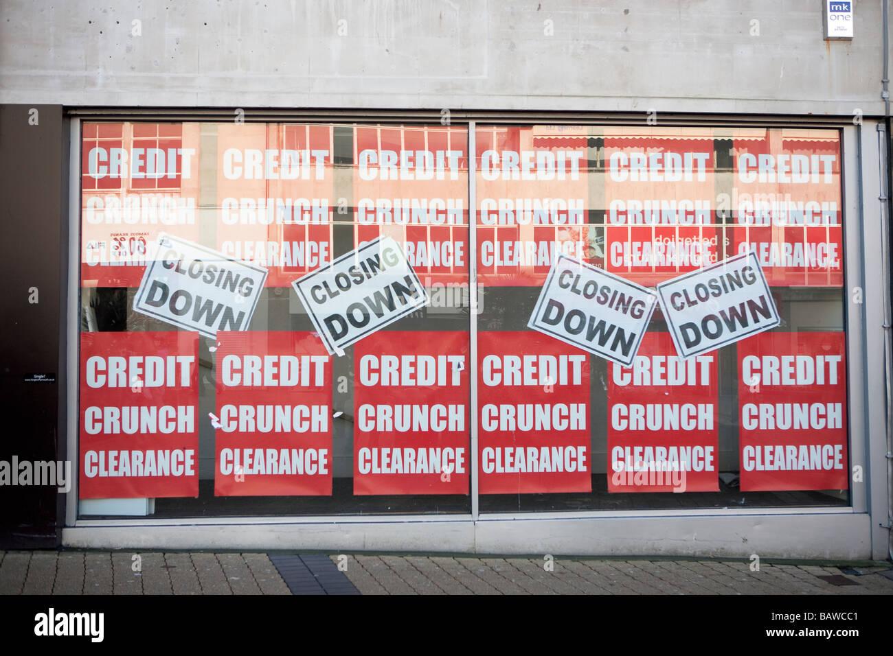 Escaparates de las tiendas cerradas debido a la crisis crediticia recesión recesión de la economía del Reino Unido de Gran Bretaña Foto de stock