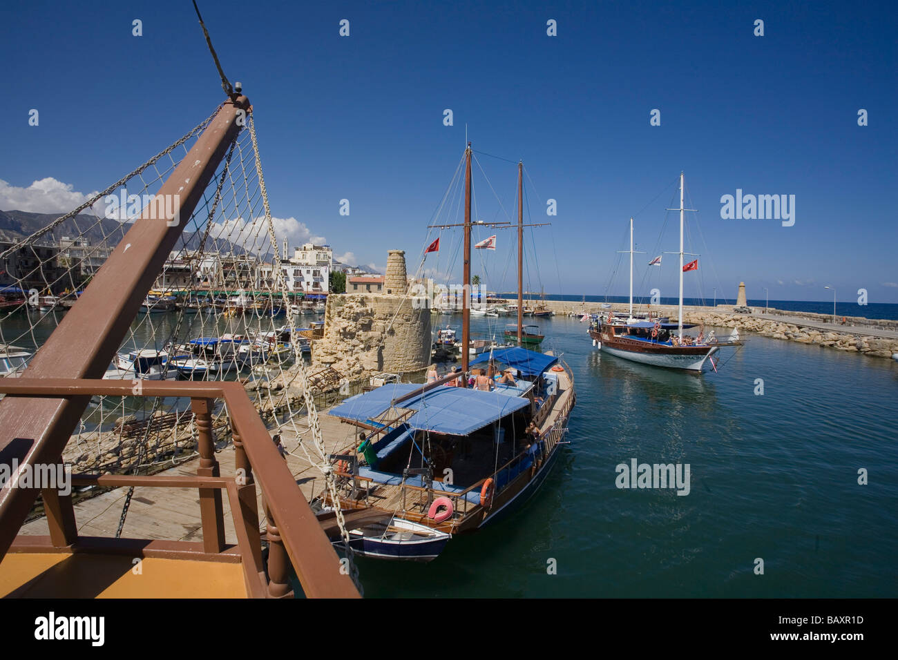 Neptun viaje en barco pirata, por Kaleidoskop Turizm, y el puerto de Kyrenia, Chipre Girne, Foto de stock