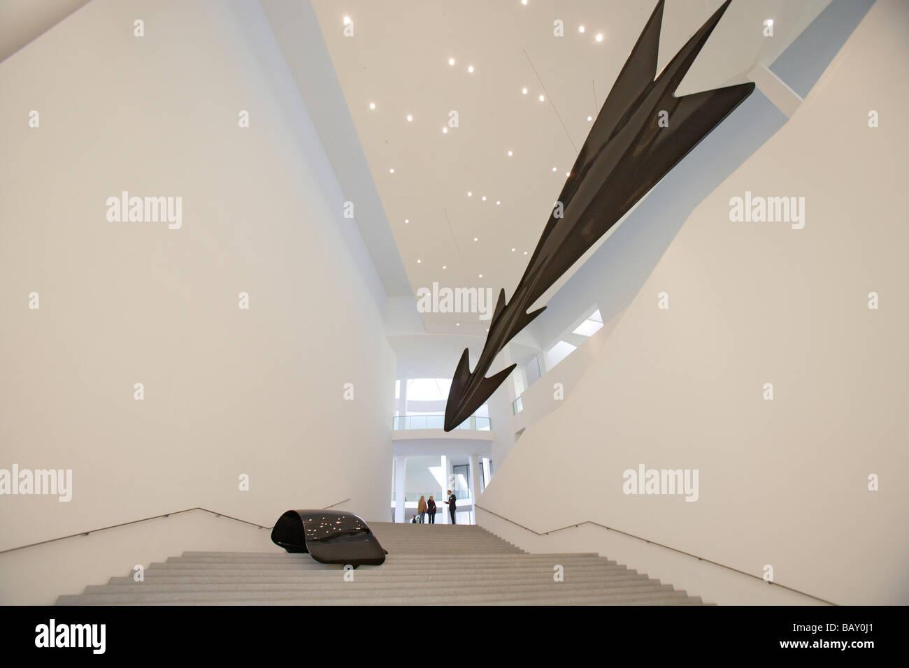 La gente de pie en el departamento de diseño de la Pinakothek der Moderne detrás de obras de Luigi Colani, Imagen De Stock