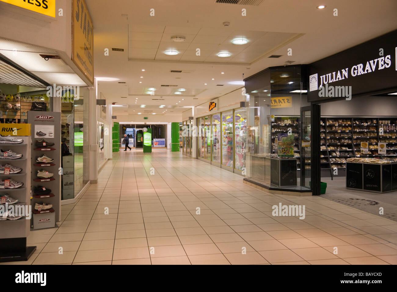 Tranquilo centro comercial Mall interior. Inglaterra Gran Bretaña Imagen De Stock