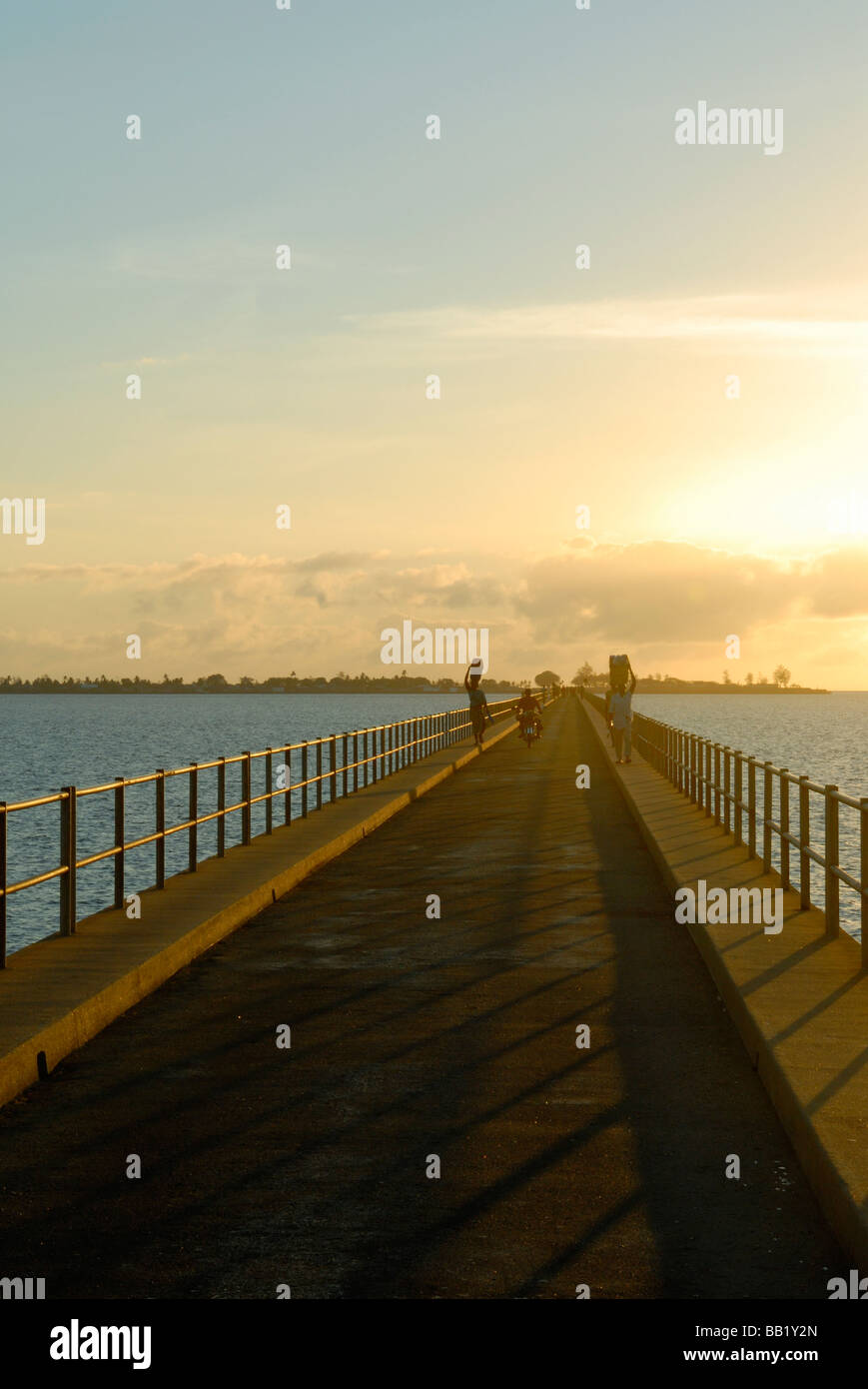Causeway al amanecer conectando Mozambique Isla con el continente, norte de Mozambique Foto de stock