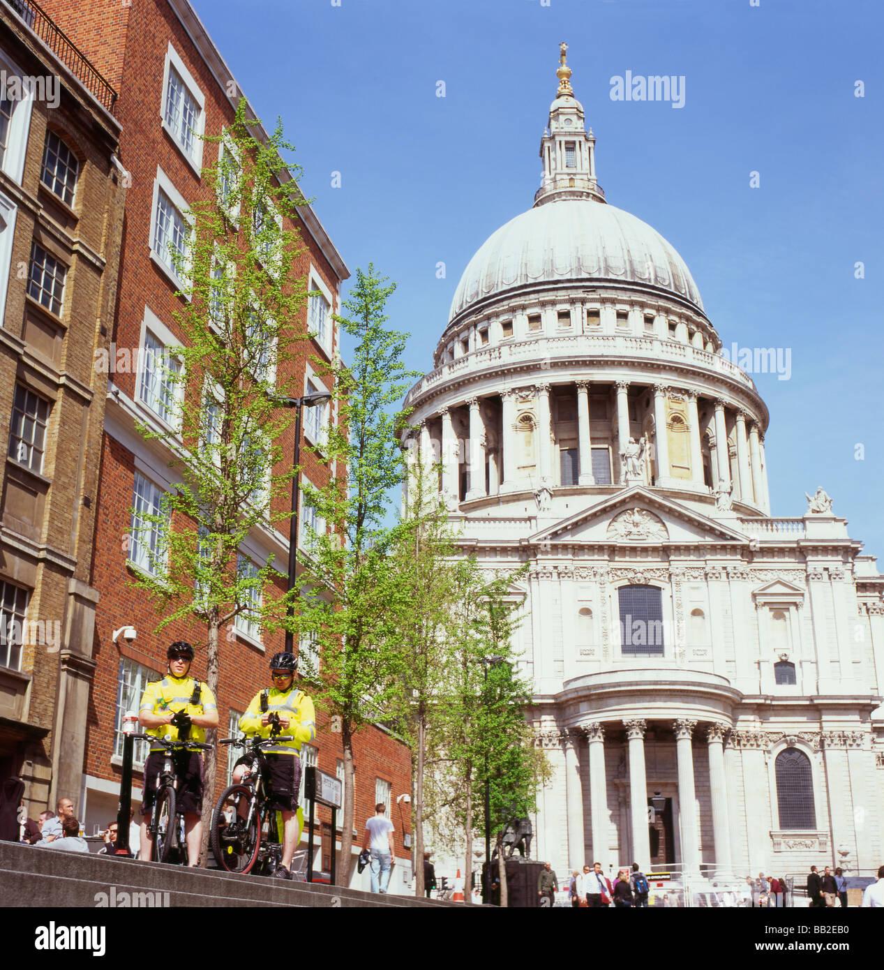El apoyo de la comunidad policías en bicicleta cerca de la Catedral de San Pablo, Londres, Inglaterra 2009 Foto de stock