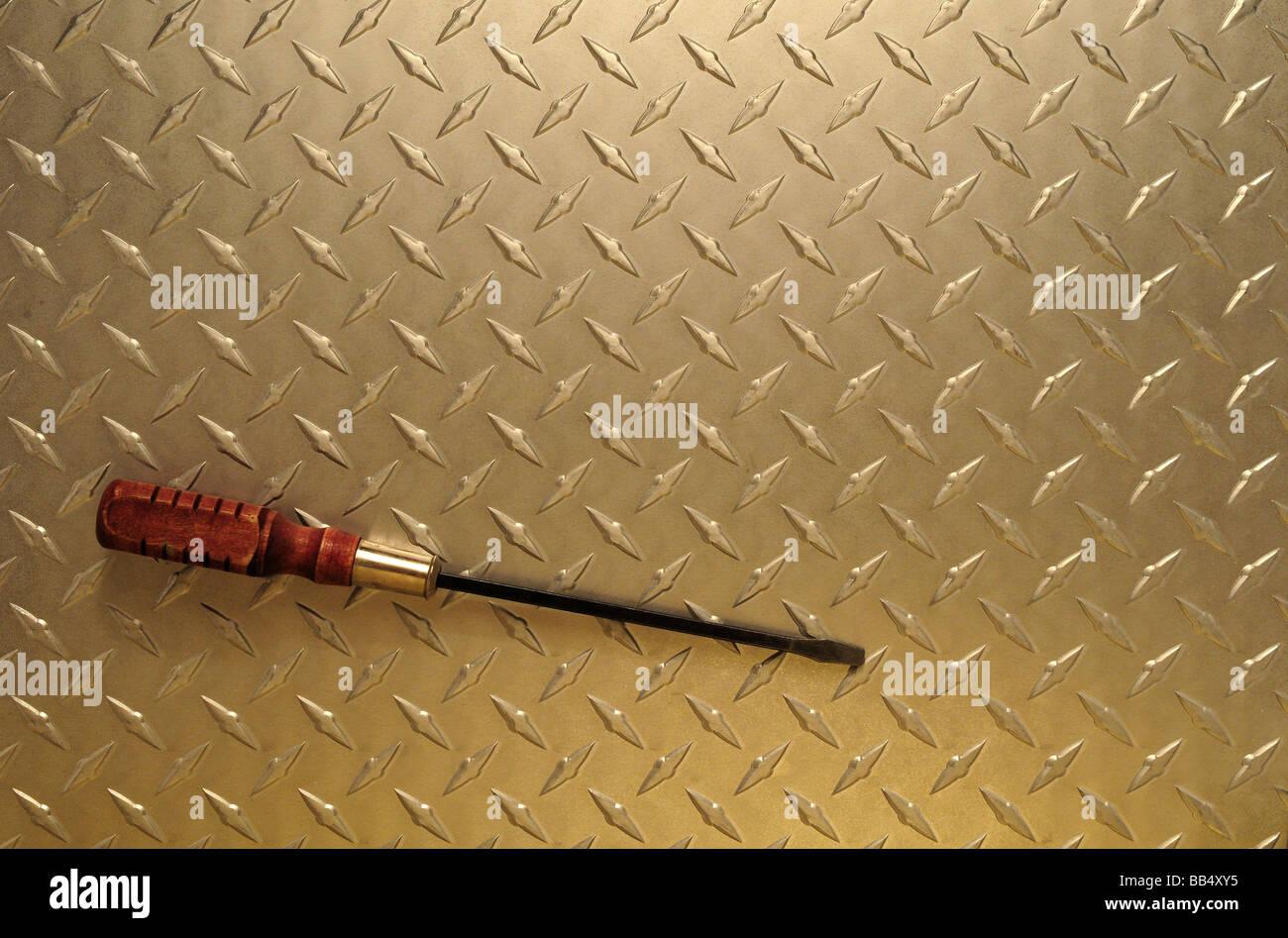 Destornillador sobre fondo de acero Placa de diamante Imagen De Stock