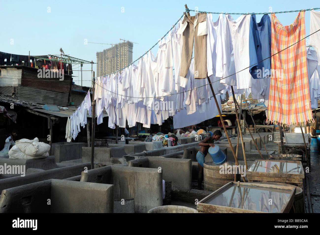 Servicio de lavandería colgando afuera para secarse Dhobi Ghats, Mumbai, India Foto de stock