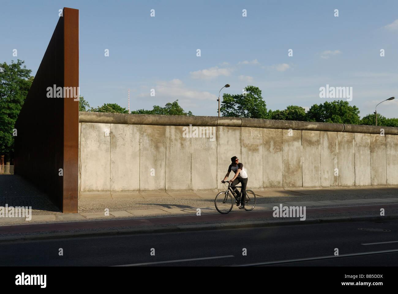 Berlín Alemania lugar conmemorativo del muro de Berlín en Bernauer Strasse, forma parte de la milla histórica Imagen De Stock
