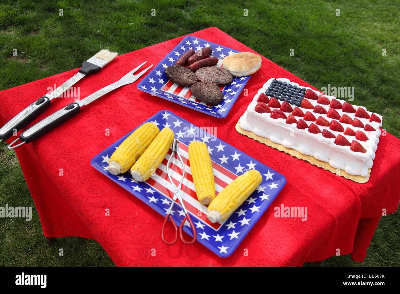 Tabla de alimentos preparados para el 4º de julio de barbacoa Imagen De Stock