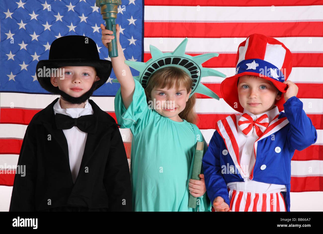 Los niños vestidos con trajes patriótico Imagen De Stock