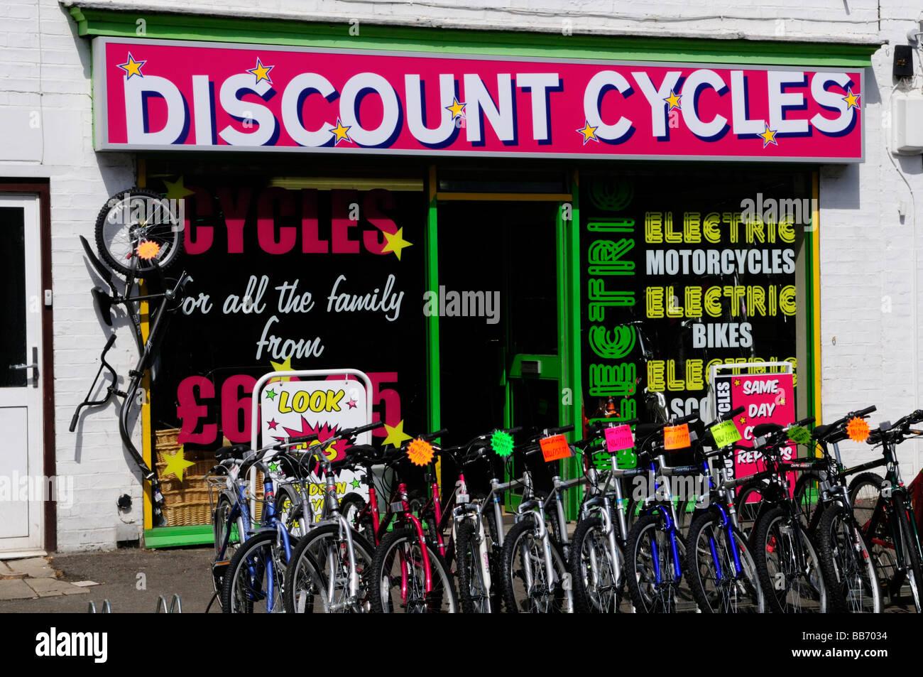 Ciclos de descuento tienda en Mill Road Cambridge Inglaterra Foto de stock