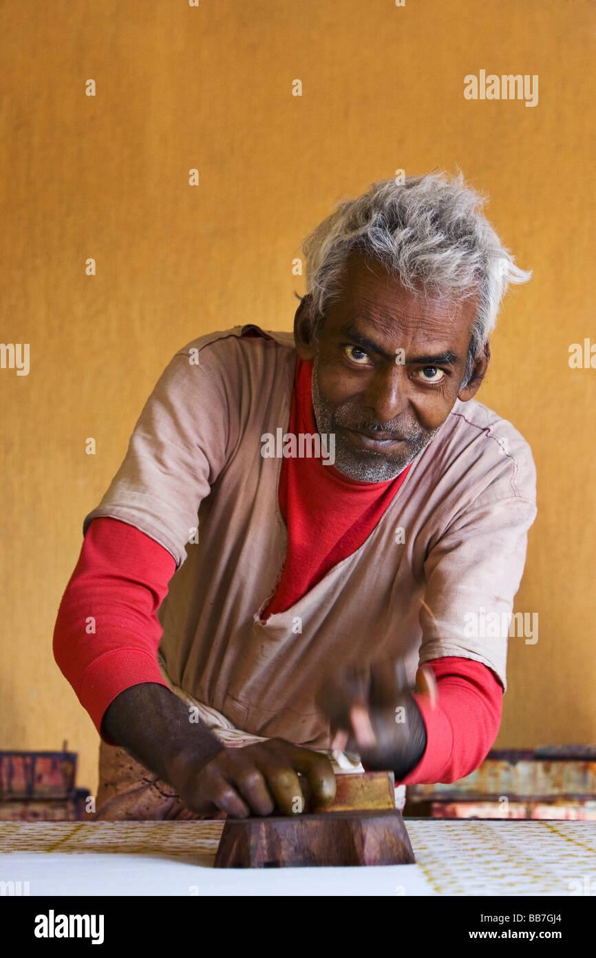 Hombre indio la impresión de tela, el norte de la India, India, Asia Foto de stock