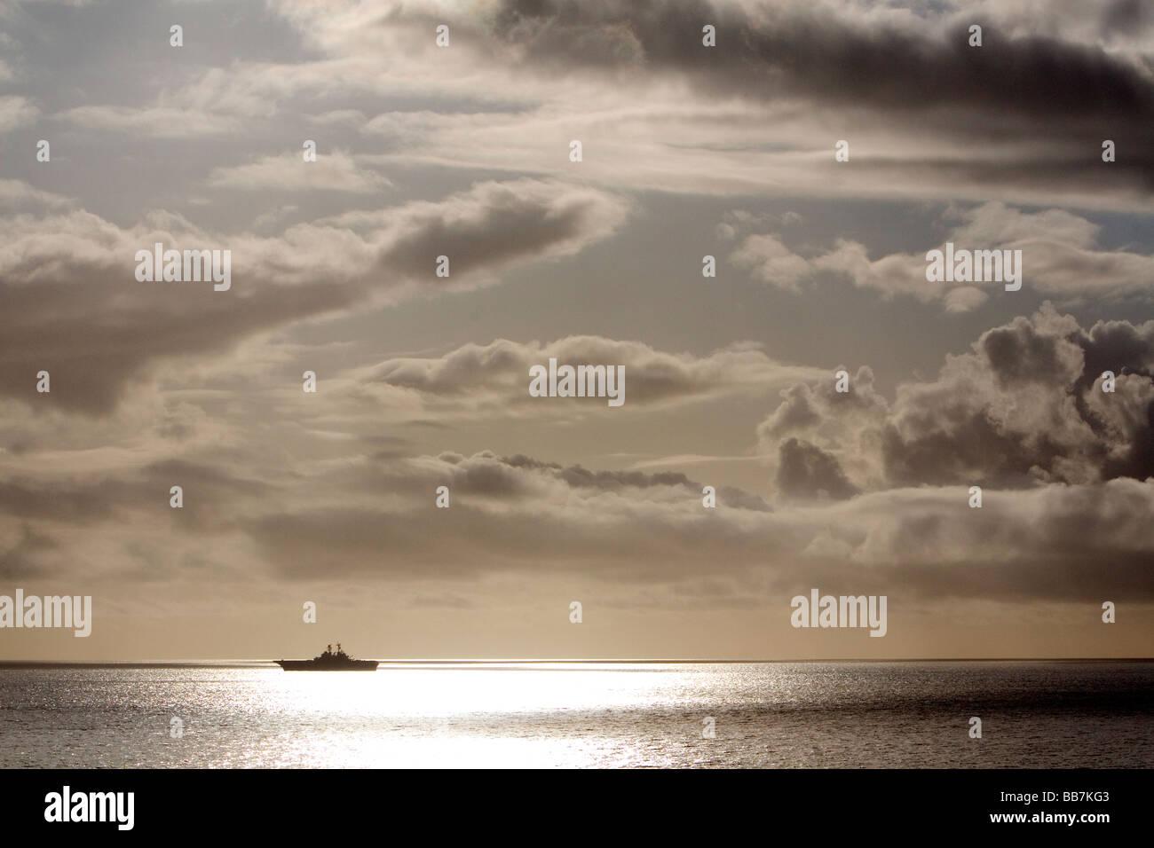USS Bonhomme Richard Buque de asalto anfibio de la Marina de los Estados Unidos en el Océano Pacífico Imagen De Stock