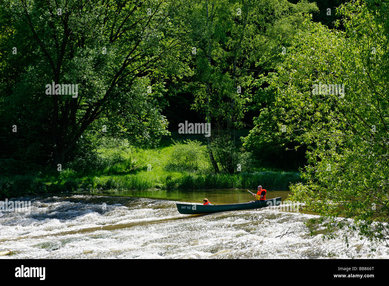 Tour de canoa, viaje en canoa, cerca del valle de Altmuehltal Dollnstein, Alta Baviera, Alemania, Europa Imagen De Stock