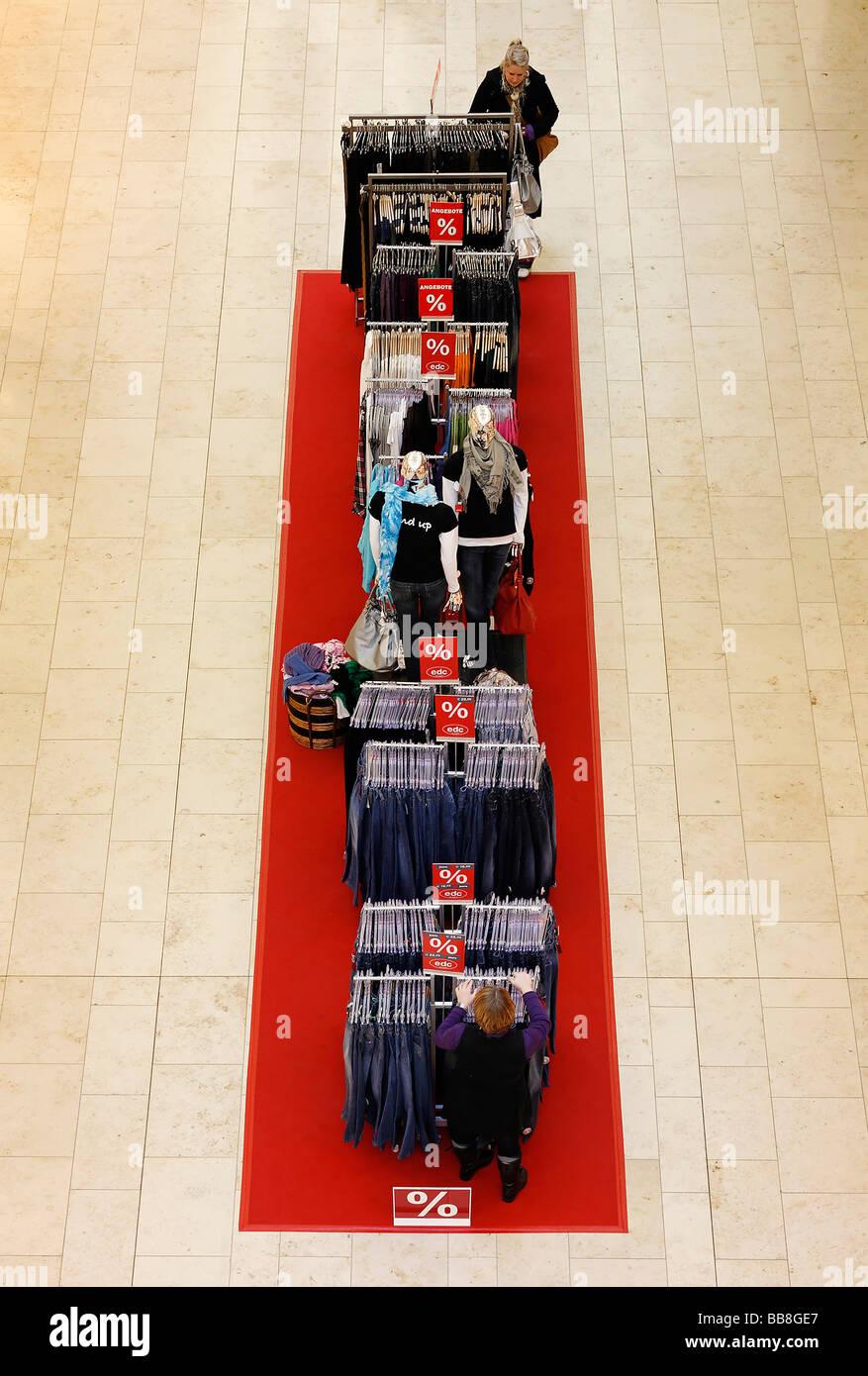 Ropa para la venta, la percha sobre una alfombra roja, boutique de moda, vista desde arriba, Alemania, Europa Foto de stock