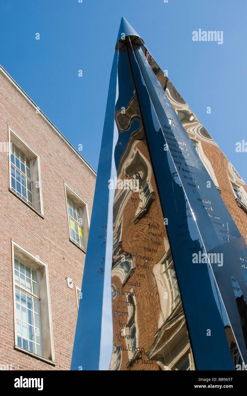 El Enigma de escultura en Exeter High Street Foto de stock
