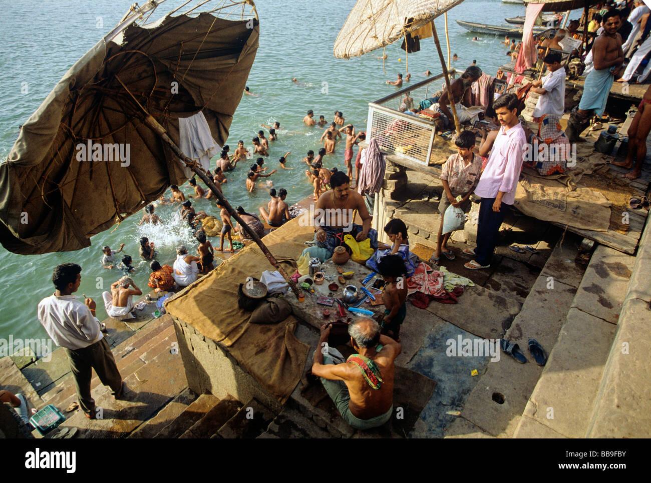 Los religiosos bañarse en el río Ganga ghat de Varanasi, la ciudad del estado de Uttar Pradesh, India Imagen De Stock