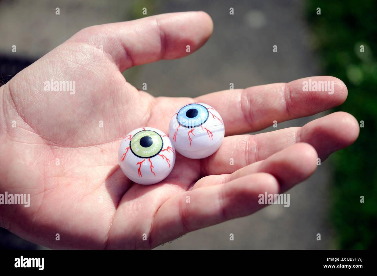 Ojos en la mano. Imagen De Stock