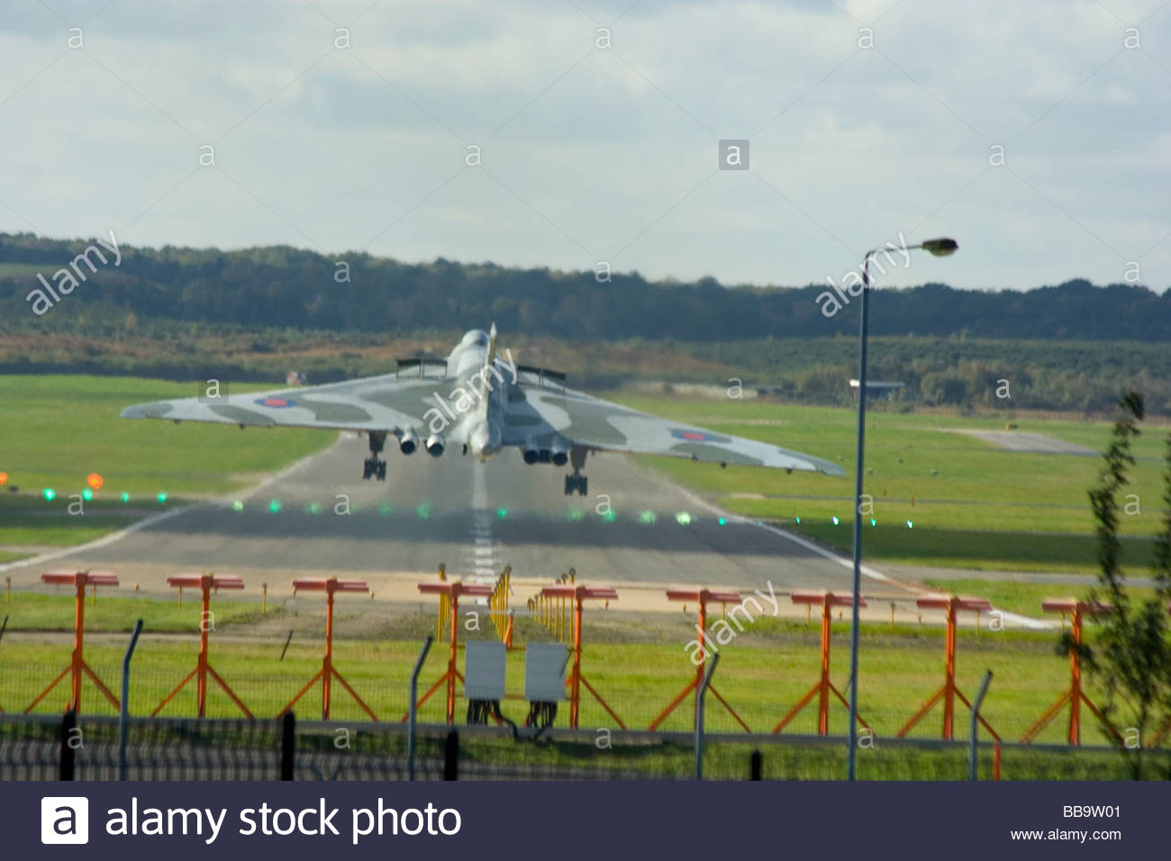 Guerra Fría Bombardero Vulcan sobre finals touchdown Farnborough desde detrás del tubo aunque Jet Haze Imagen De Stock