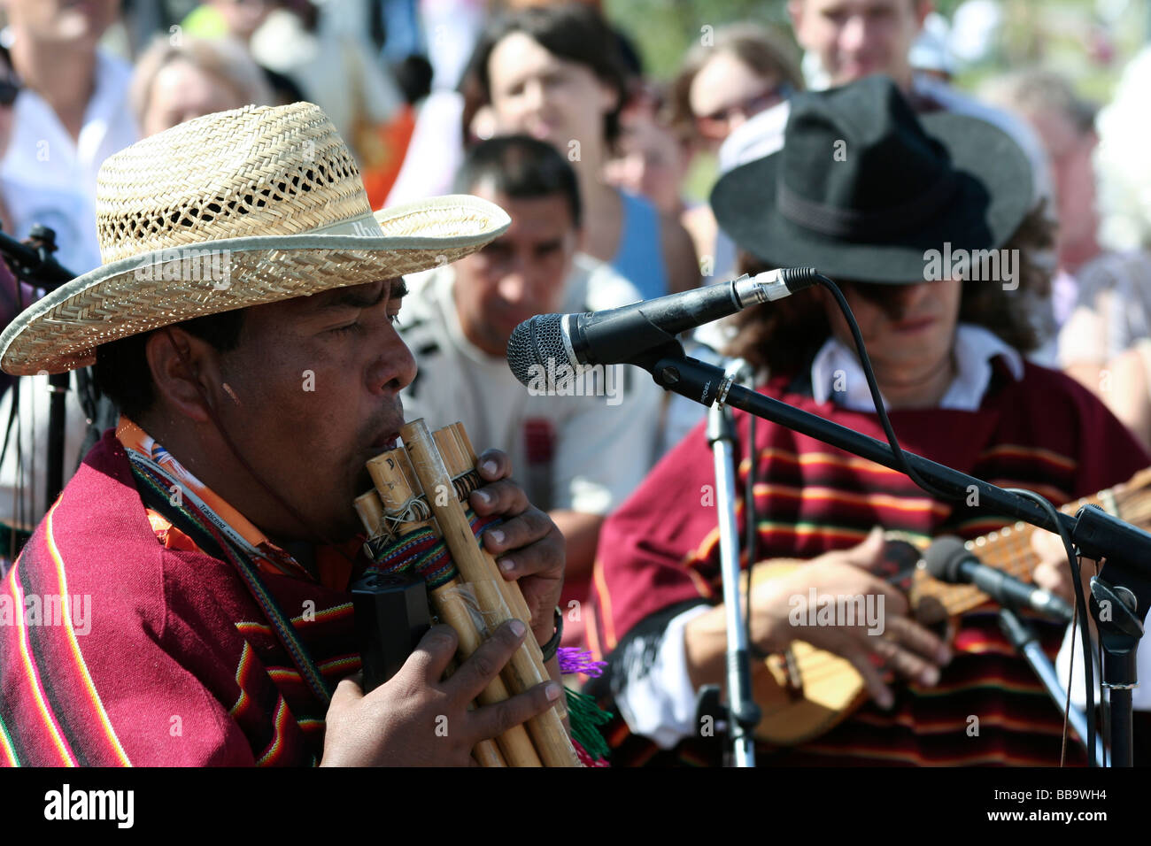 Grupo de los músicos de la calle boliviano flauta Zampona boliviano Charango  guitarra boliviana Imagen De 3b5af269d5e