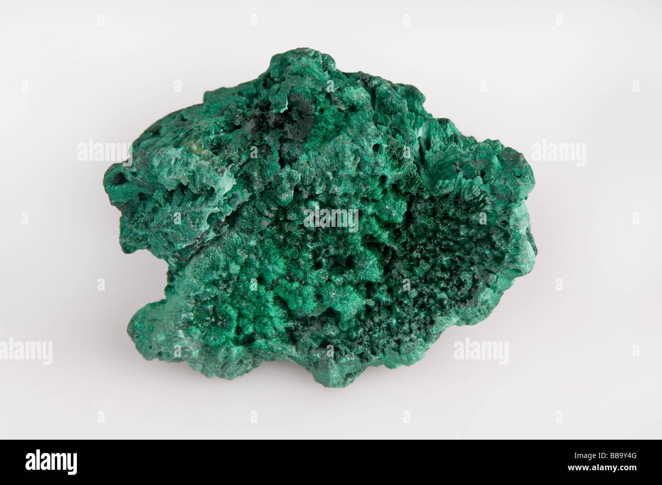 Espécimen mineral malaquita sobre fondo blanco. Foto de stock