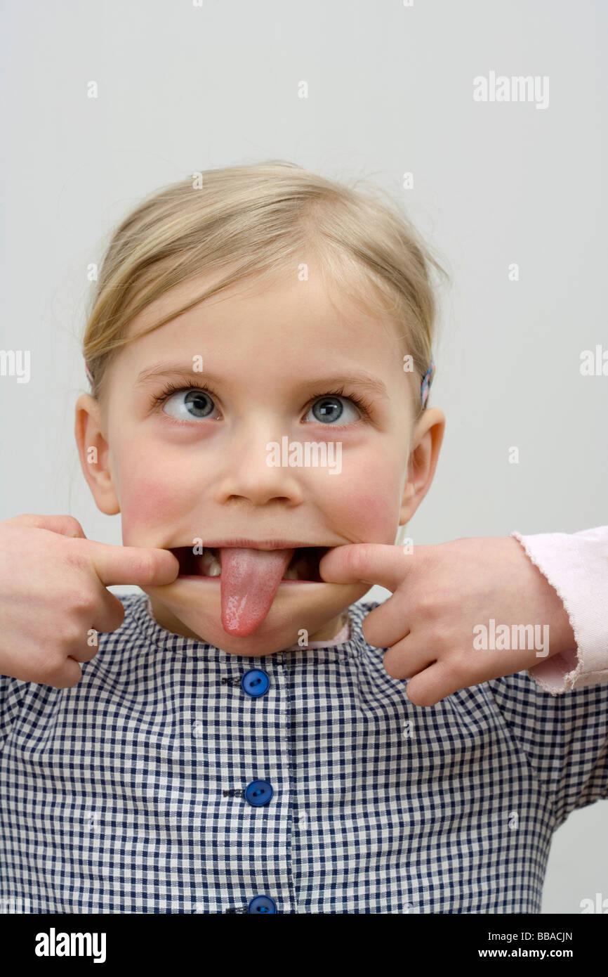 Una niña haciendo una cara Foto de stock