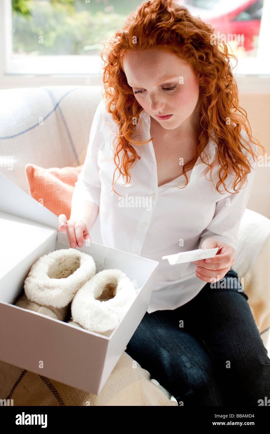 Mujer con control de recepción de mercancías Imagen De Stock