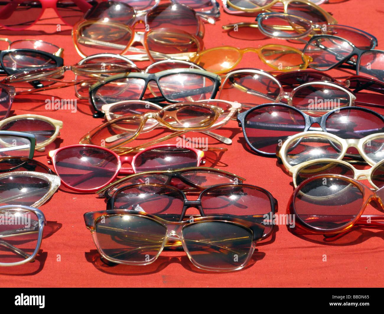 5f9bf29938 Gafas de segunda mano y gafas de sol en el puesto en el mercado Imagen De