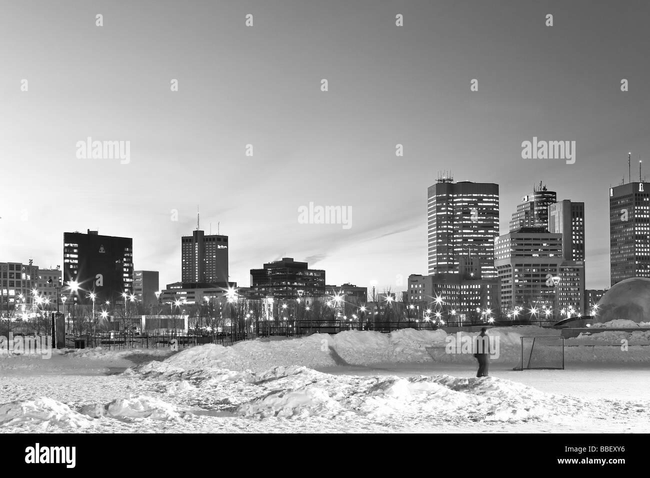 Skater en las horquillas Winter Park y del horizonte de la ciudad, horquillas, Winnipeg, Manitoba Foto de stock