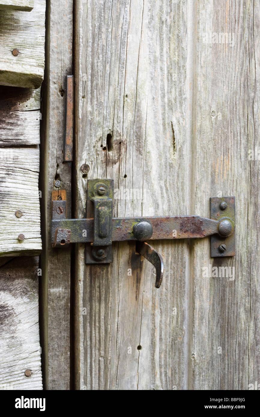 Pestillo y cerrojo en el viejo cobertizo puerta. Imagen De Stock