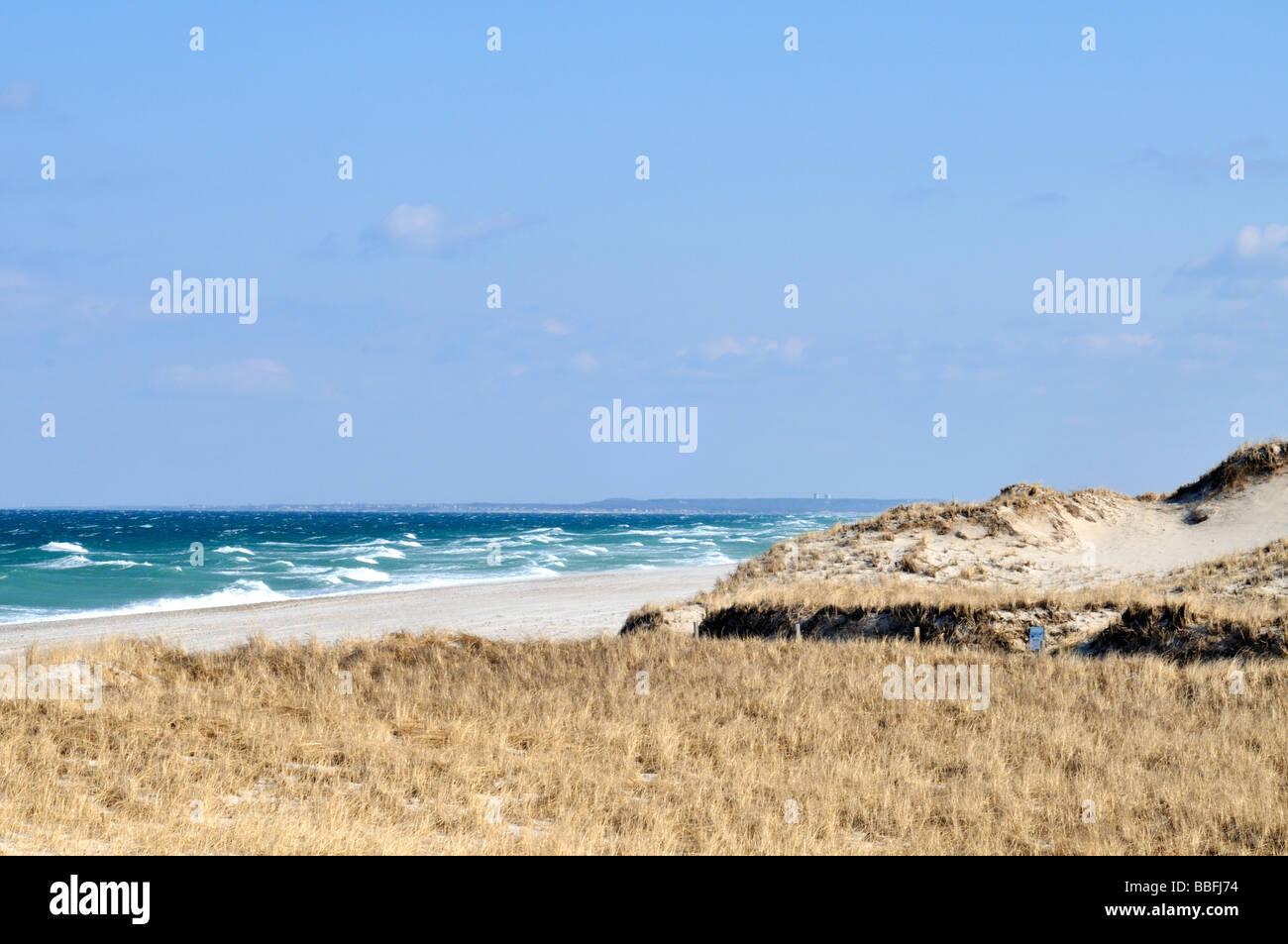 Ocean Sand Dunes con mar gruesa y olas en Sandy Neck Beach en sándwich y Cape Cod Barnstable, Massachusetts, EE.UU. Foto de stock
